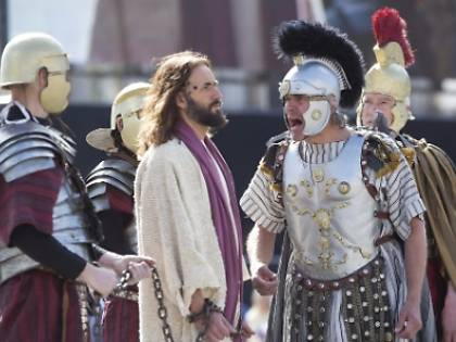 Aprilia, tunisino ubriaco aggredisce l'attore che interpreta Gesù sul palco della Passione di Cristo