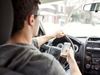 """Patente, la stretta del governo: """"Via a chi telefona alla guida"""""""