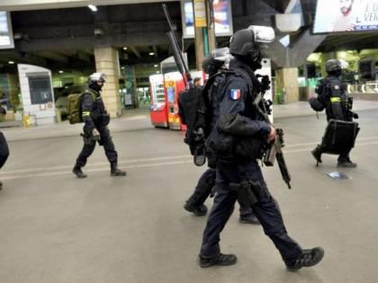 Corsica, spara su passanti e si barrica in casa: diversi feriti