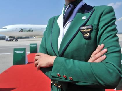"""Alitalia, prestito da 600 milioni. Calenda: """"Agli italiani è già costata 8 miliardi"""""""