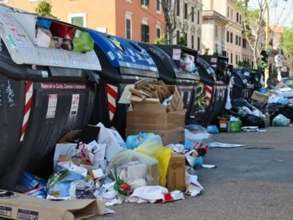 Roma sommersa dai rifiuti, cumuli anche ai Parioli