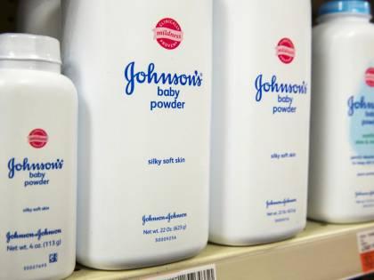 Talco cancerogeno, Johnson&Johnson condannata a maxi risarcimento da 417 milioni