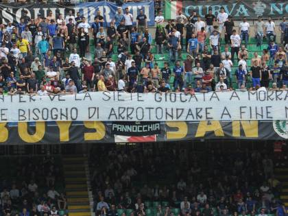 """La curva dell'Inter lascia San Siro: """"Venduti, andiamo a mangiare"""""""