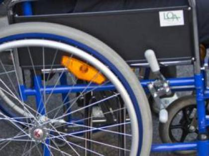 Abruzzo, ragazza autistica malmenata perché seduta sui posti riservati ai disabili