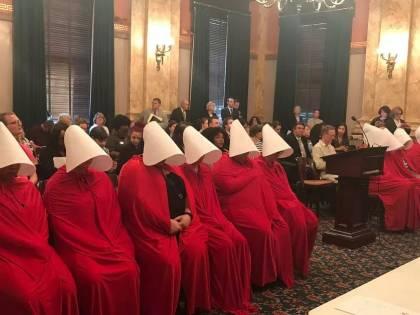 """Ohio, la protesta delle """"Ancelle"""" contro la legge che vuole limitare il diritto all'aborto"""