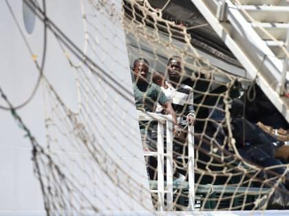Migranti, pronto il codice per le Ong. Ma è scontro su agenti e armi a bordo
