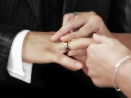 Promette di sposarlo e lo truffa per 45mila euro: ricercata una romena