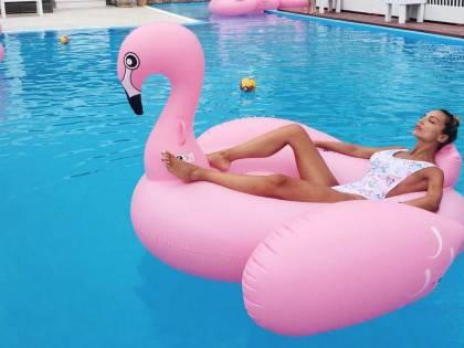 Sarah Nile hot, bikini e paella