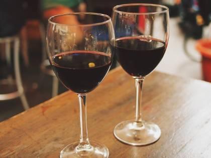 """""""Il vino rosso rilassa, la vodka no"""": la scienza analizza gli effetti dell'alcol"""