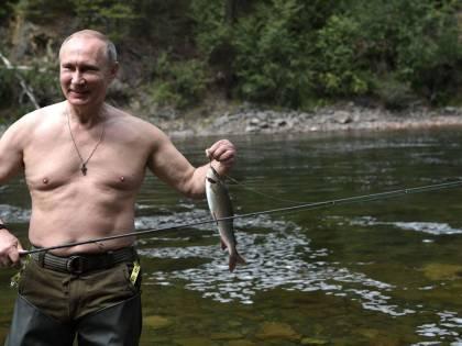 Il macho Putin a petto nudo e quei leader con la pancetta