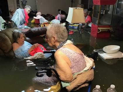 Texas, anziani intrappolati in casa di riposo inondata: drammatico appello via social