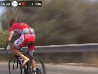 Ciclista si toglie sassolino dalla scarpa continuando a pedalare