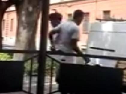 Alessandria, banda di minorenni aggredisce migrante poi pubblica il video su Fb