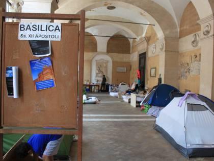"""Dentro la basilica """"occupata"""" dai movimenti per la casa"""