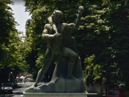 E il monumento al partigiano in realtà è un soldato fascista