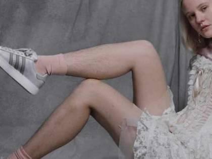 """La modella dell'Adidas non depilata: """"Ho ricevuto minacce di morte"""""""