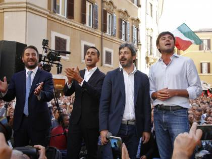 """In piazza M5S, forconi e no vax. Di Maio: """"Veglia contro il Rosatellum"""""""