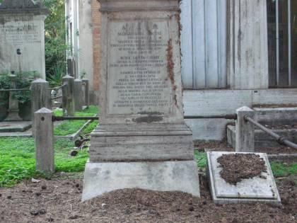 Degrado nei cimiteri: a Cassino le tombe usate come toilette