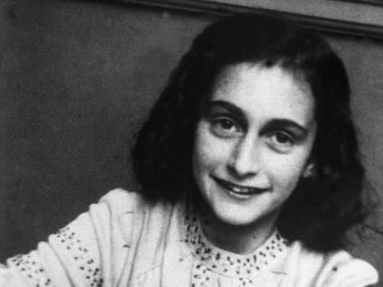 """""""Picchia mio figlio e legge Anna Frank"""": maestra sospesa"""
