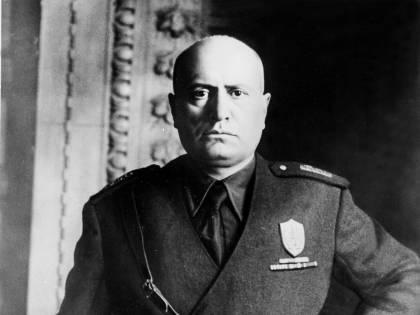 Legnano, all'edicola dell'ospedale in mostra il calendario di Mussolini