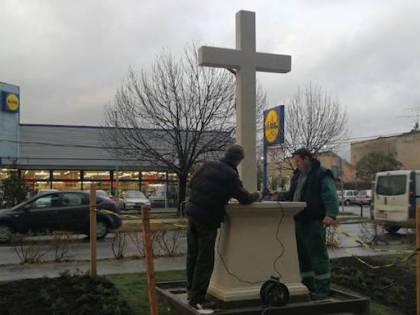 """Ungheria, eretta una croce di fronte alla Lidl: """"Contro chi censura il crocifisso"""""""