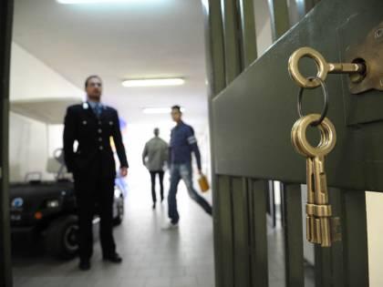"""Corsica, grida """"Allah u Akbar"""" e accoltella guardie in carcere"""