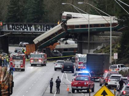 Seattle, treno deraglia e precipita su un'autostrada