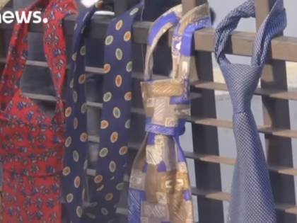 Premier kosovaro si raddoppia lo stipendio. Per protesta centinaia di cravatte davanti al palazzo del governo