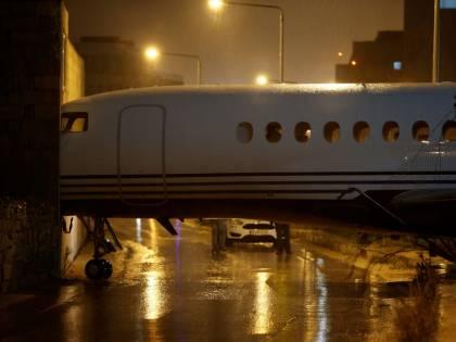 C'è troppo vento: l'aereo viene spazzato via