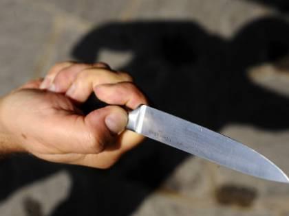Perugia, accoltella un uomo e distrugge l'auto della polizia