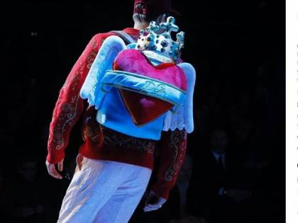 Dybala sfila con le ali d'angelo per Dolce e Gabbana