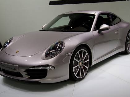 I lavoratori sono senza stipendio, l'amministratrice si compra la Porsche