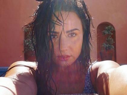 Demi Lovato sensuale in piscina