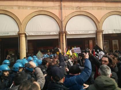 Bologna, blitz antifascista vuole impedire comizio di Forza Nuova