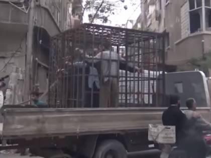 Siria, quando i ribelli di Ghouta mettevano le persone in gabbia