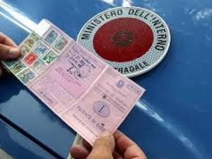 """Guida senza patente e poi sfida la polizia: """"Ho preso i 338 km/h"""""""