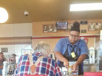 Usa, cameriera taglia il cibo a un anziano: premiata con un assegno per l'università