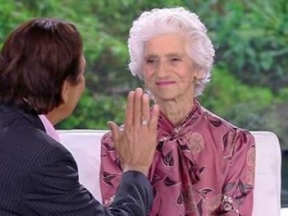 """Isola dei Famosi, Giucas tenta di ipnotizzare la nonna di Simone. Mara: """"Ma è più sveglia di me"""""""