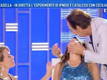 Paura a Domenica Live, Giucas Casella ipnotizza Cecilia Capriotti, ma lei fa fatica a risvegliarsi
