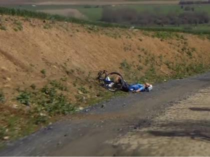 Paura alla Parigi-Roubaix: massaggio cardiaco a un corridore