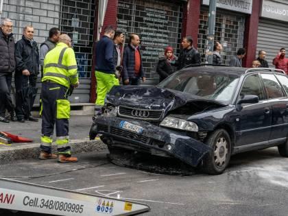 Sfascia 10 auto e lascia l'amico in coma
