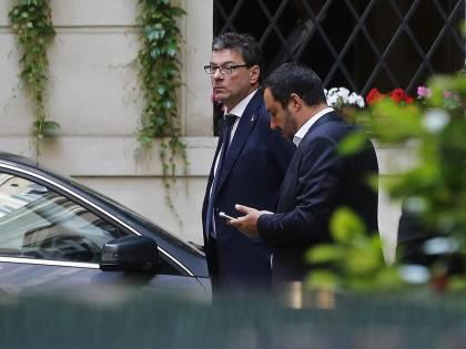 """Giorgetti al Cav: """"Appoggi da fuori un governo col M5S"""". Ma FI: """"Irricevibile"""""""