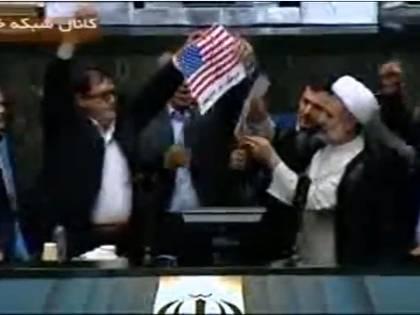 """Iran, bandiera Usa bruciata in parlamento al grido di """"Morte all'America!"""""""