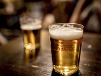 """""""La razza bianca regge l'alcool meglio"""", polemica sull'opuscolo per le scuole"""