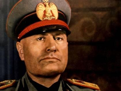 """""""Grazie Duce per la 13esima"""": il M5s lo denuncia per apologia di fascismo"""