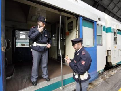 Foligno, sul treno senza biglietto: prende a sassate i poliziotti