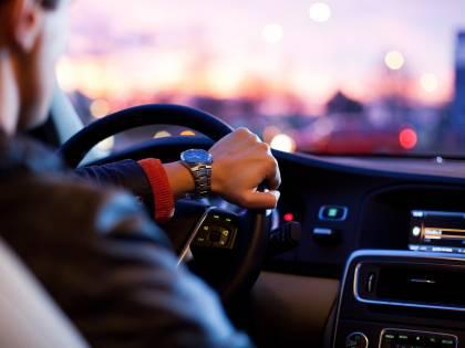 Distrazione al volante, la polizia stradale potrà controllare i cellulari