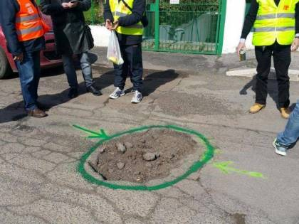 Roma, multe a chi segnala le buche per salvare i motociclisti
