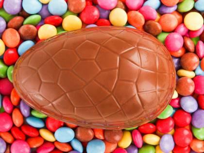 Nasconde uovo di cioccolato nel suo intimo, finisce in ospedale