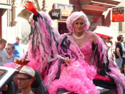 Adesso le fiabe le leggono le drag queen, l'annuncio del Comune di Roma